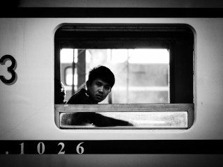 heckels.photography_boy_on_a_train