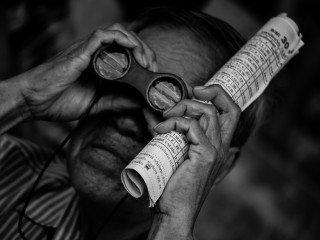 heckels.photography_looking_binoculars_portrait_horseracing
