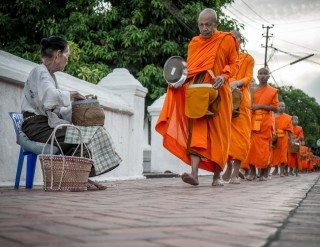 heckels.photography_monks_luangprabang_alms
