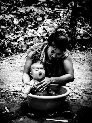 heckels.photography_washing_baby