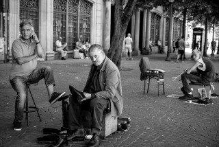 Shoe shiner in Porto by Graeme Heckels Travel & Street Photography